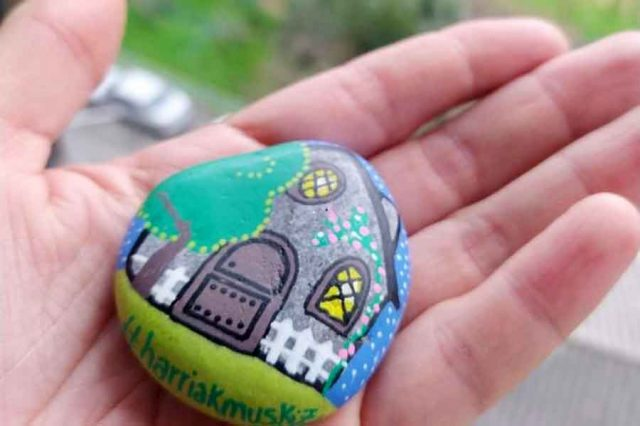 Harriak: the game of painting and hiding stones arrives in Vitoria